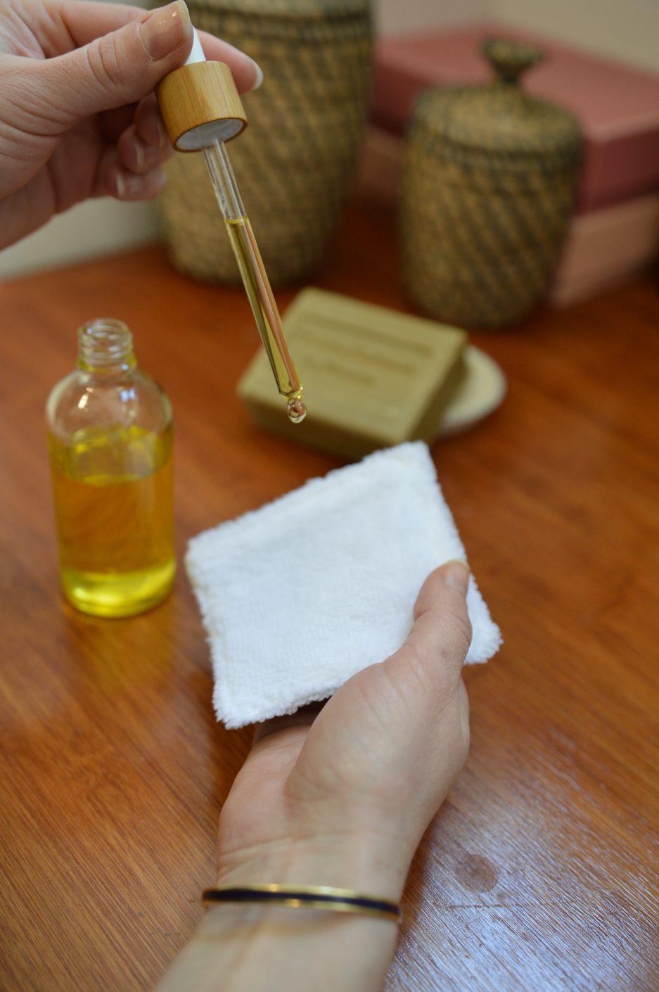 utilisation de la lingette lavable avec de l'huile démaquillante